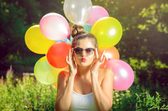 Muchacha que presenta con los globos en naturaleza Imágenes de archivo libres de regalías