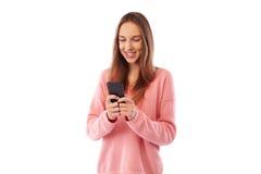 Muchacha que presenta con sonrisa dentuda grande mientras que recibe buenas noticias de Imagen de archivo libre de regalías
