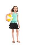 Muchacha que presenta con una pelota de playa Fotos de archivo libres de regalías