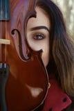 Muchacha que presenta con violine Foto de archivo libre de regalías