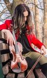 Muchacha que presenta con violine Fotos de archivo libres de regalías