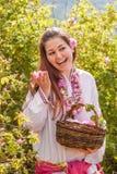 Muchacha que presenta durante el festival de la cosecha de Rose en Bulgaria Fotos de archivo libres de regalías