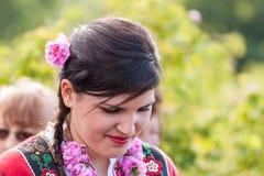 Muchacha que presenta durante el festival de la cosecha de Rose en Bulgaria Fotos de archivo
