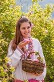 Muchacha que presenta durante el festival de la cosecha de Rose en Bulgaria Fotografía de archivo libre de regalías