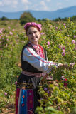 Muchacha que presenta durante el festival de la cosecha de Rose en Bulgaria Imagenes de archivo