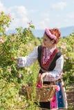 Muchacha que presenta durante el festival de la cosecha de Rose en Bulgaria Imagen de archivo libre de regalías