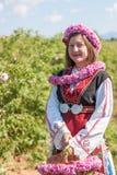 Muchacha que presenta durante el festival de la cosecha de Rose en Bulgaria Foto de archivo
