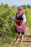 Muchacha que presenta durante el festival de la cosecha de Rose en Bulgaria Fotografía de archivo