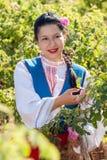 Muchacha que presenta durante el festival de la cosecha de Rose en Bulgaria Imagen de archivo