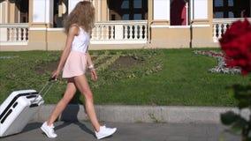 Muchacha que presenta en cámara en la calle de la ciudad almacen de video