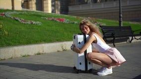 Muchacha que presenta en cámara en la calle de la ciudad metrajes