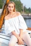 Muchacha que presenta en el barco Foto de archivo libre de regalías