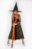 Muchacha que presenta en el vestido de la bruja, Halloween Imagen de archivo libre de regalías