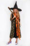 Muchacha que presenta en el vestido de la bruja, Halloween Fotos de archivo