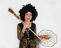 Muchacha que presenta en el vestido de la bruja, Halloween Foto de archivo