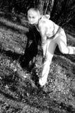 Muchacha que presenta en la estación de caída Fotos de archivo libres de regalías