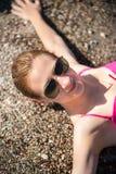 Muchacha que presenta en la playa Imagenes de archivo