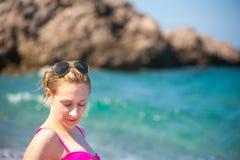 Muchacha que presenta en la playa Fotos de archivo