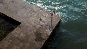 Muchacha que presenta en orilla del mar almacen de metraje de vídeo