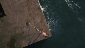 Muchacha que presenta en orilla del mar metrajes