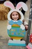 Muchacha que presenta en Pascua Bunny Cut-Out imagen de archivo
