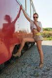 Muchacha que presenta en tranvía vieja Imagen de archivo