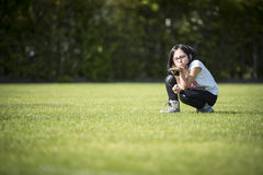 Muchacha que presenta a en un deportiva de instalaciones Imagen de archivo libre de regalías
