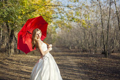 Muchacha que presenta en vestido de boda Fotografía de archivo libre de regalías
