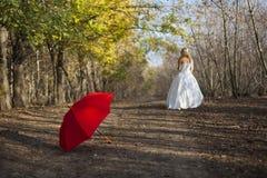 Muchacha que presenta en vestido de boda Imagen de archivo libre de regalías