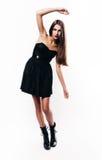 Muchacha que presenta en vestido negro Fotografía de archivo libre de regalías