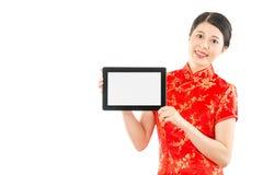 Muchacha que presenta a pantalla en blanco la tableta digital Foto de archivo libre de regalías