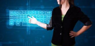 Muchacha que presiona el tipo virtual de teclado Fotografía de archivo libre de regalías