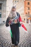 Muchacha que protesta contra el bombardeo de la Franja de Gaza en Milán, Italia Foto de archivo libre de regalías