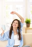Muchacha que ríe con la taza del té a disposición Imagen de archivo libre de regalías
