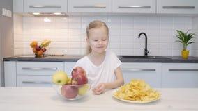 Muchacha que rechaza microprocesadores a favor de manzanas metrajes