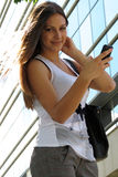 Muchacha que recibe buenas noticias en el teléfono Fotos de archivo