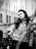 Muchacha que recorre abajo de la calle Imagen de archivo libre de regalías