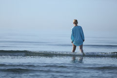 Muchacha que recorre en el agua Imagen de archivo