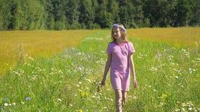 Muchacha que recorre en el campo fotos de archivo libres de regalías