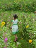 Muchacha que recorre en el jardín Fotografía de archivo