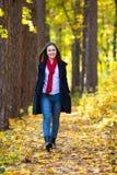 muchacha que recorre en el parque Foto de archivo