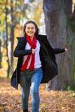 muchacha que recorre en el parque Imagen de archivo libre de regalías