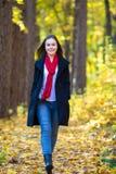 muchacha que recorre en el parque Imágenes de archivo libres de regalías