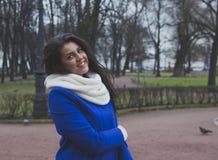 muchacha que recorre en el parque Fotos de archivo libres de regalías