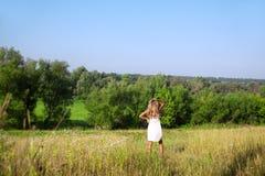 Muchacha que recorre en el prado en día de verano Fotos de archivo libres de regalías
