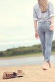 Muchacha que recorre en la arena Fotos de archivo libres de regalías