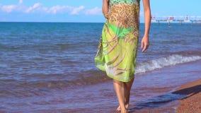 Muchacha que recorre en la playa metrajes
