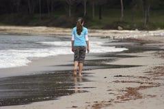 Muchacha que recorre en la playa Fotografía de archivo
