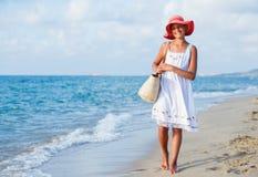 Muchacha que recorre en la playa Imagen de archivo libre de regalías