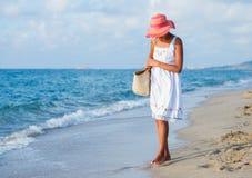 Muchacha que recorre en la playa Imagenes de archivo
